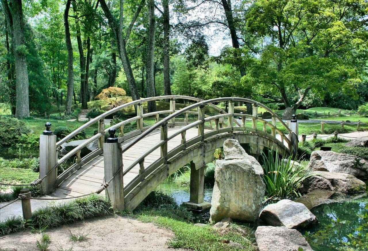 Ein Unkrautvlies hält Garten und Wege nachhaltig Unkrautfrei.