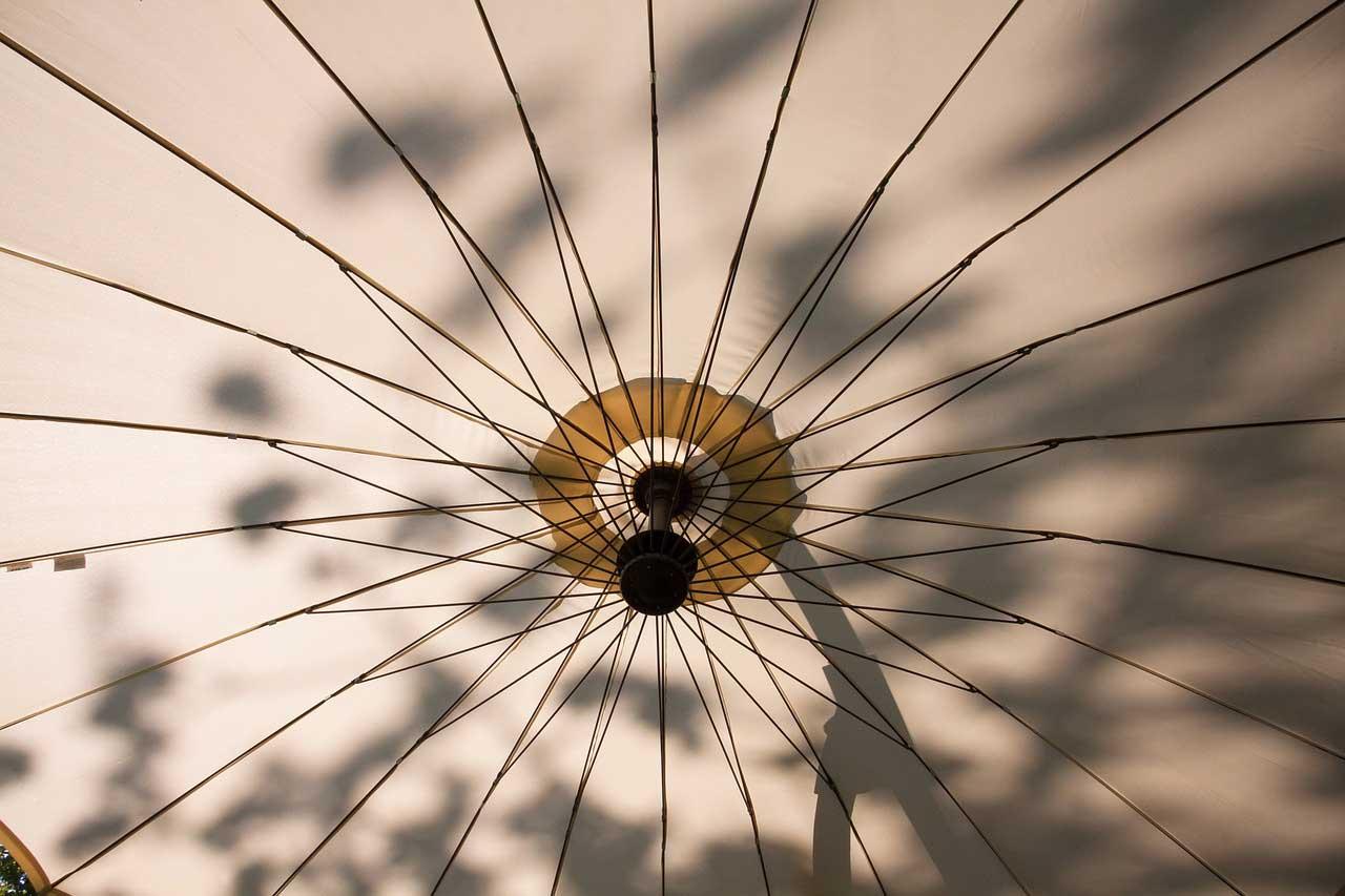 Der Ampelschirm - Sonnenschirm und Schattenspender im besonderen Design.