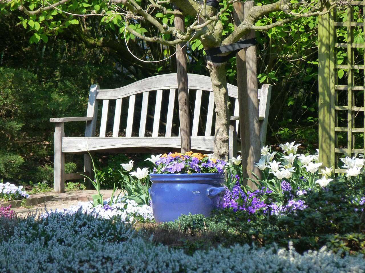 Holzbänke - Romantische Sitzgelegenheiten im Garten.