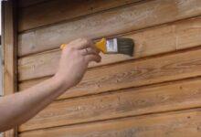 Gartenhaus neu streichen: Richtiges Grundieren und lasieren